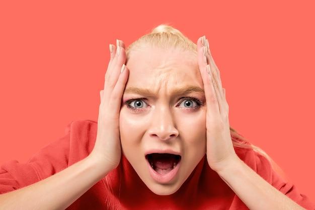 Krzyczenie, Nienawiść, Wściekłość. Płacz Emocjonalny Zły Kobieta Krzyczy Na Tle Koralowego Studia. Emocjonalna, Młoda Twarz. Portret Kobiety W Połowie Długości. Darmowe Zdjęcia