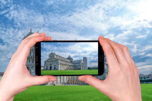 Krzywa Wieża W Pizie I Katedra Z Niebieskim Niebem. Zdjęcie Zrobione Telefonem Premium Zdjęcia