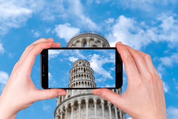 Krzywa Wieża W Pizie Na Zachmurzone Niebo Niebieskie. Zdjęcie Zrobione Telefonem Premium Zdjęcia
