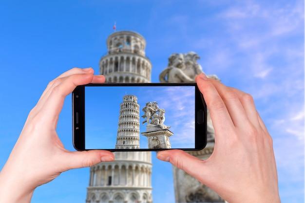 Krzywa Wieża W Pizie, Toskania, Włochy. Zdjęcie Zrobione Telefonem Premium Zdjęcia