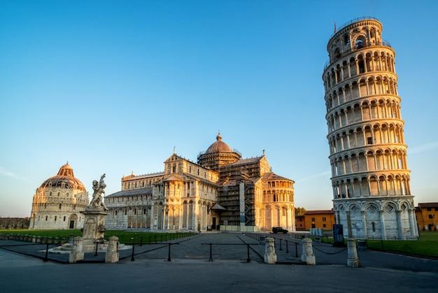 Krzywa Wieża W Pizie W Pizie - Włochy Premium Zdjęcia