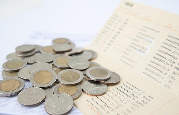 Książeczka oszczędnościowa i tajskie pieniądze Premium Zdjęcia