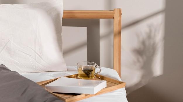 Książka I Szklanka Herbaty Na łóżku Premium Zdjęcia