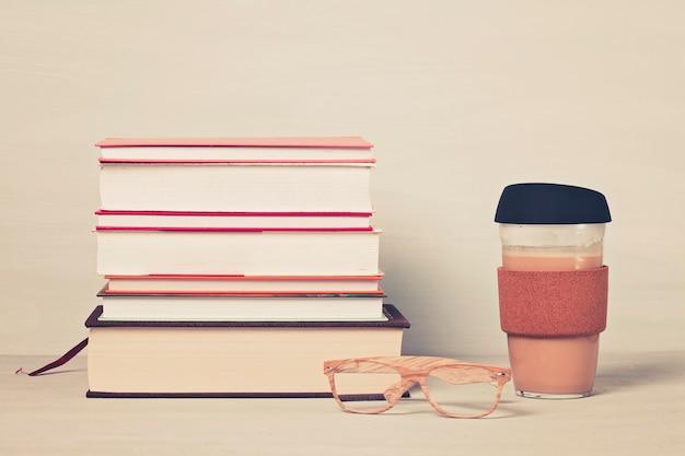 Książki, filiżanka kawy, okulary do czytania Premium Zdjęcia