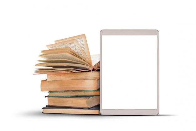 Książki i pastylka komputer na białym tle. Premium Zdjęcia