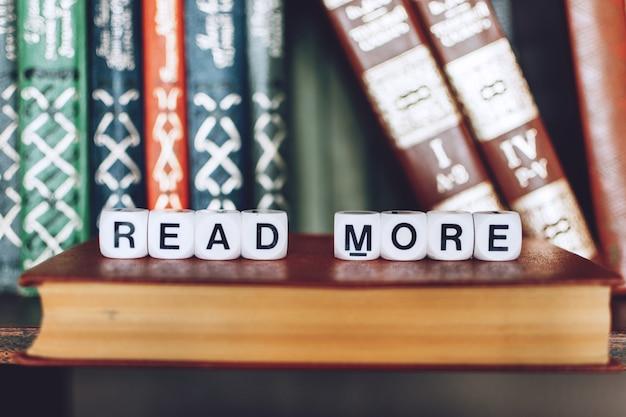 Książki na półce ze słowami czytaj więcej Premium Zdjęcia