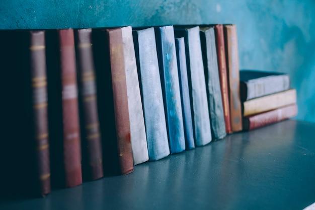 Książki stoją na półce Premium Zdjęcia