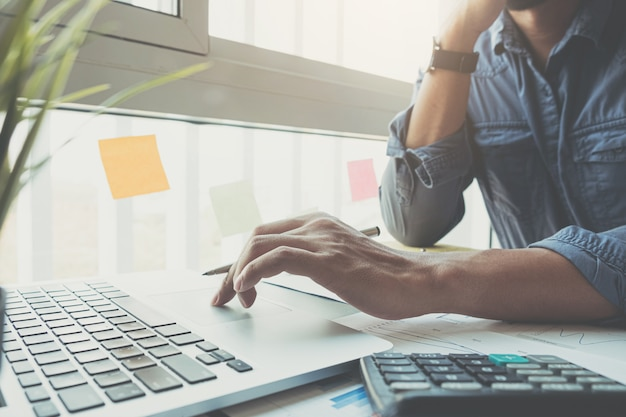 Księgowego Ręki Mienia Ołówek Pracuje Na Kalkulatorze Obliczać Raport Danych Finansowych Premium Zdjęcia
