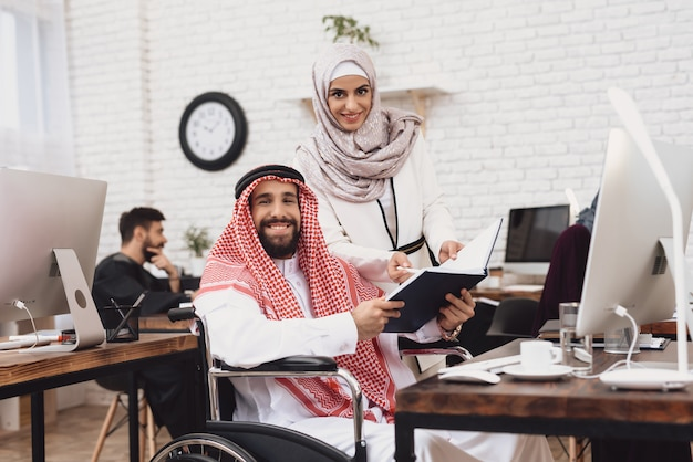 Księgowość w biurze niepełnosprawni arabowie praca. Premium Zdjęcia