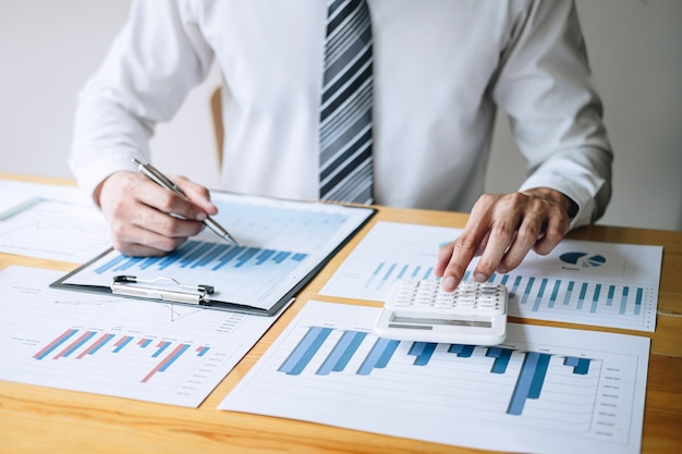 Księgowy pracuje analizując i obliczając roczne sprawozdanie finansowe bilans wydatków Premium Zdjęcia