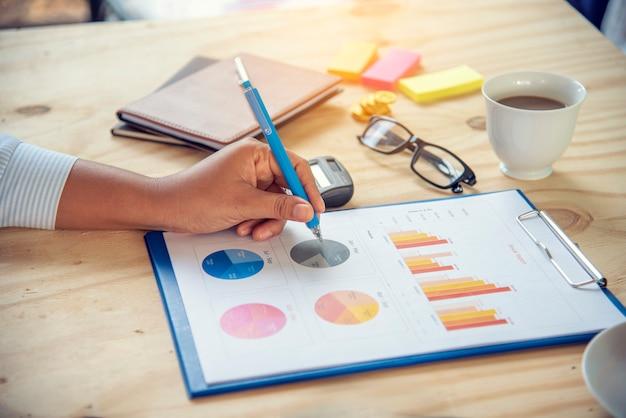 Księgowy Ręce Wskazujące Excel Stat Finansowy Arkusz Kalkulacyjny Dokument Wykresy Biznesowe Premium Zdjęcia