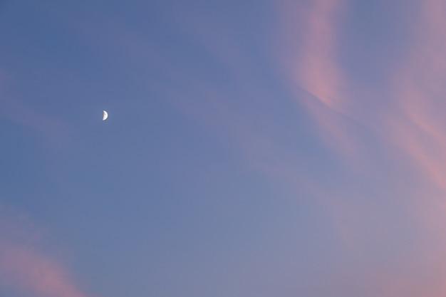 Księżyc Na Wieczornym Niebie Z Chmurami Premium Zdjęcia