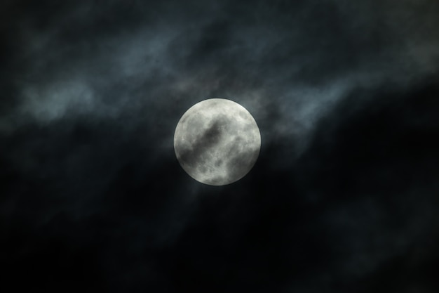 Księżyc W Pełni I Chmury Na Nocnym Niebie Premium Zdjęcia
