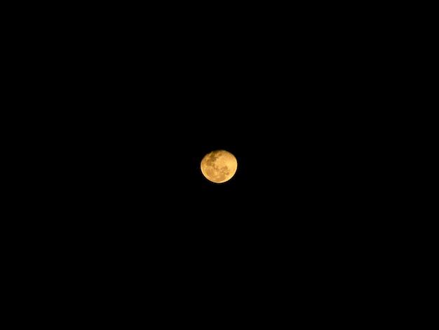Księżyc W Pełni Za Chmurami W Nocy Premium Zdjęcia