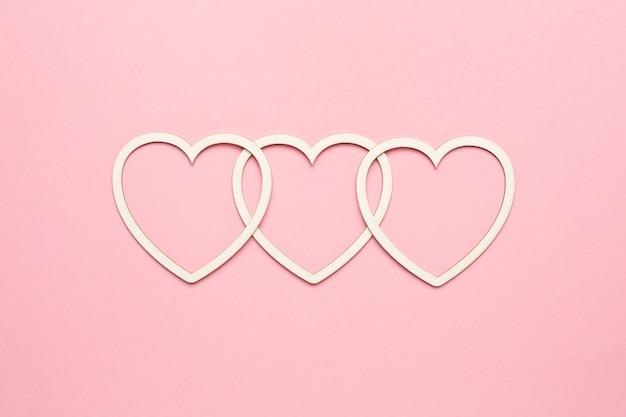 Kształt Serca Na Pastelowym Różowym Tle. Koncepcja Karty Walentynkowej. Widok Z Góry, Miejsce Na Tekst Premium Zdjęcia
