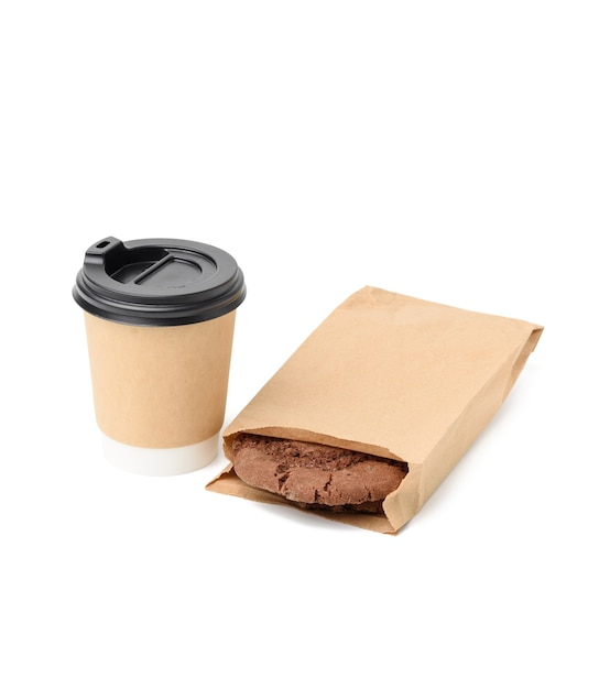 Kubek Papierowy I Okrągłe Ciasteczka Czekoladowe W Wąskiej Papierowej Brązowej Torbie żywności Na Białym Tle, Jedzenie Na Wynos Premium Zdjęcia