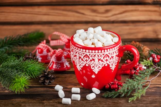 Kubek Z Kakao I Pianki W Boże Narodzenie Ferie Zimowe W Stylu Dekoracji Premium Zdjęcia