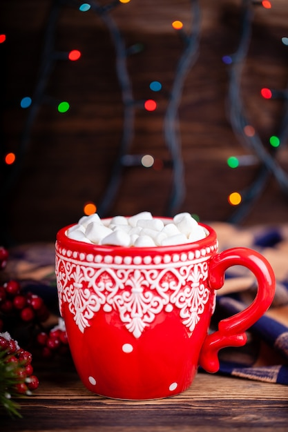 Kubek Z Kakao I Pianki Z Przytulną Girlandą świateł Tła Premium Zdjęcia