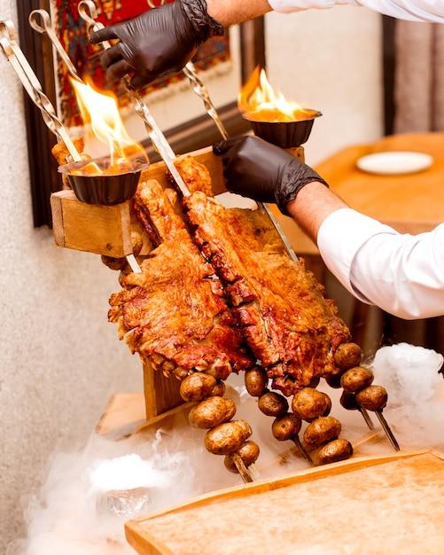 Kucharz Trzyma Smażone żeberka I Ziemniaki Darmowe Zdjęcia