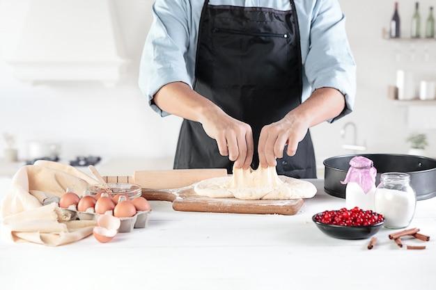 Kucharz Z Jajkami W Rustykalnej Kuchni Na Tle Męskich Dłoni Darmowe Zdjęcia