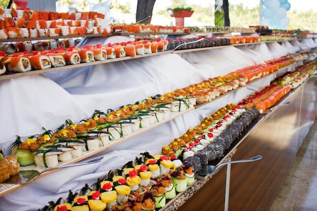 Kuchnia azjatycka. sushi, bułki i sashimi w restauracji Premium Zdjęcia