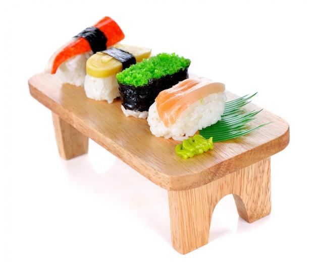 Kuchnia Japońska - Sushi Roll Na Białym Premium Zdjęcia