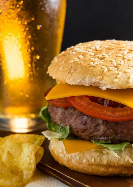 Kufel Piwa Z Cheeseburgerem I Frytkami Darmowe Zdjęcia