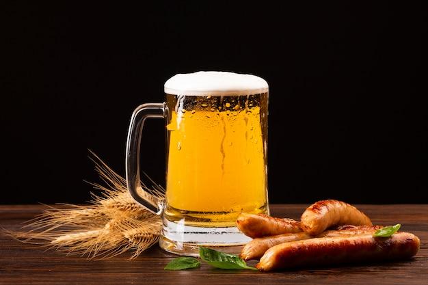 Kufel Piwa Z Kiełbaskami Darmowe Zdjęcia