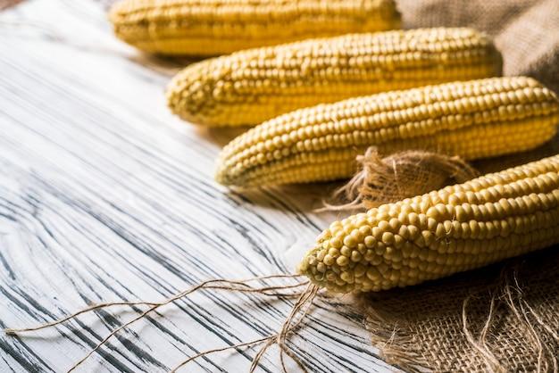 Kukurudza Na Płótnie Na Białym Tle Premium Zdjęcia
