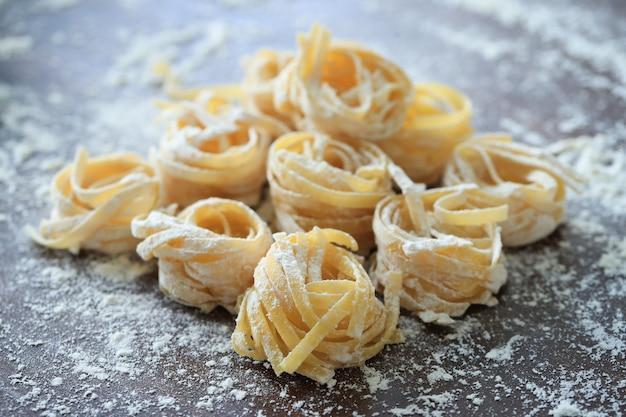 Kulinarny Włoski Domowej Roboty Makaron Na Ciemnym Tle Darmowe Zdjęcia
