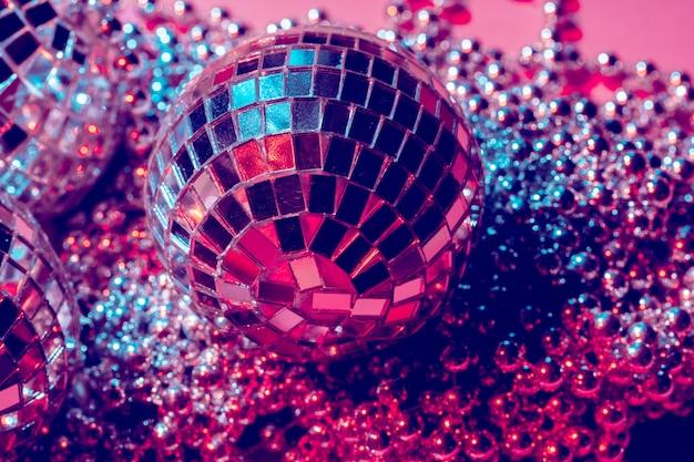 Kulki disco do dekoracji imprezy na różowym tle Premium Zdjęcia
