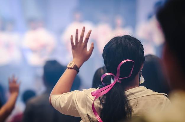 Kult chrześcijański z podniesioną ręką, koncert muzyczny Premium Zdjęcia