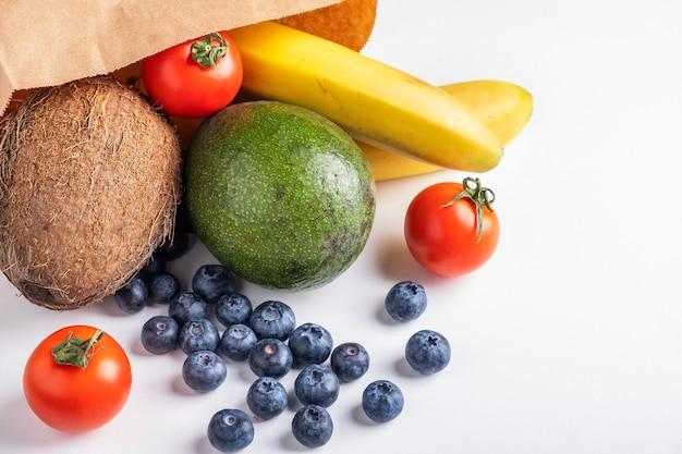 Kup Papierową Torbę Z Owocami I Warzywami Na Białej Powierzchni Premium Zdjęcia