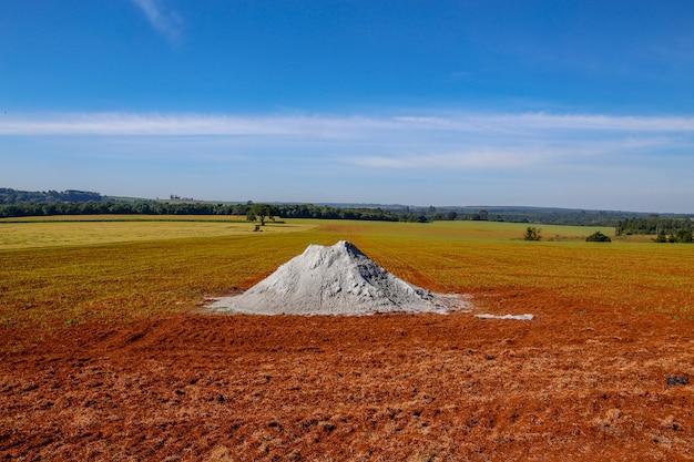 Kupa Wapienia Na Obszarze Plantacji Premium Zdjęcia