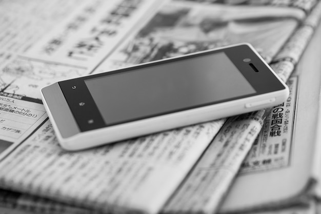 Kupie Gazety Ze Smartfonem Darmowe Zdjęcia