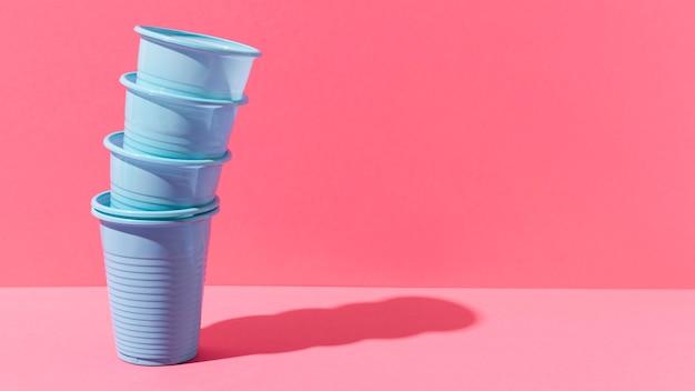 Kupie Niebieskie Plastikowe Kubki Premium Zdjęcia