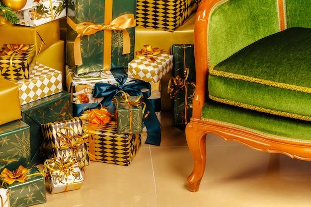 Kupie Owinięte Zielone I Złote Prezenty Na Boże Narodzenie Premium Zdjęcia