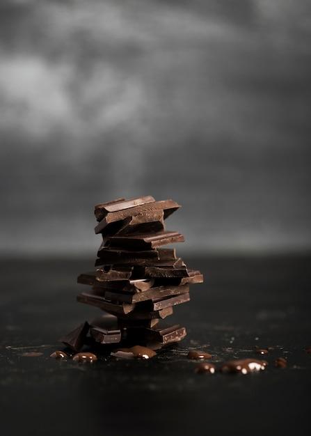 Kupie pyszne czekolady mlecznej i tło zamazane pole Darmowe Zdjęcia