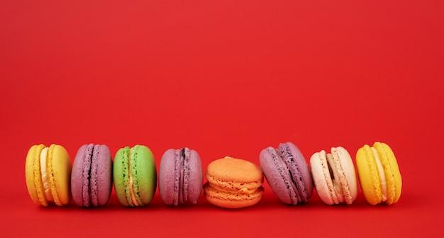 Kupie Wielobarwne Ciastka Z Mąki Migdałowej Macarons Pieczone Na Czerwono Premium Zdjęcia