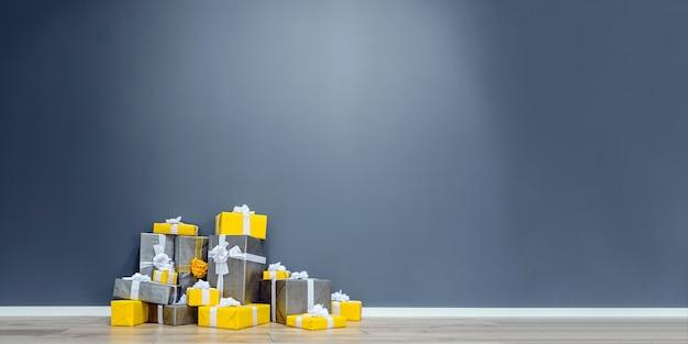 Kupie żółte I Szare Prezenty świąteczne Premium Zdjęcia