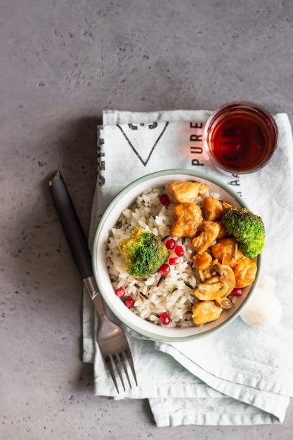Kurczak Curry Z Ryżem, Grzybami I Brokułami Ozdobiony Pestkami Granatu Premium Zdjęcia