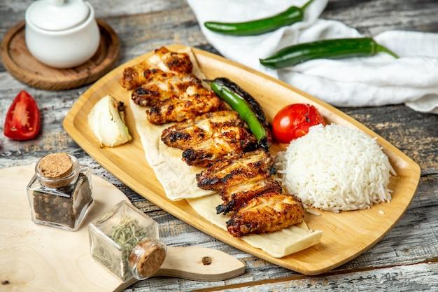 Kurczaka Skrzydeł Kebab Z Ryżowym Bocznym Widokiem Darmowe Zdjęcia