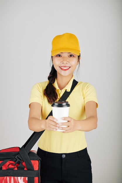 Kurier Podający Kawę Premium Zdjęcia