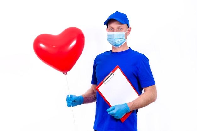 Kurier W Masce Ochronnej, Rękawiczki Z Czerwonym Pudełkiem W Kształcie Serca I Balonikiem Na Walentynki Premium Zdjęcia