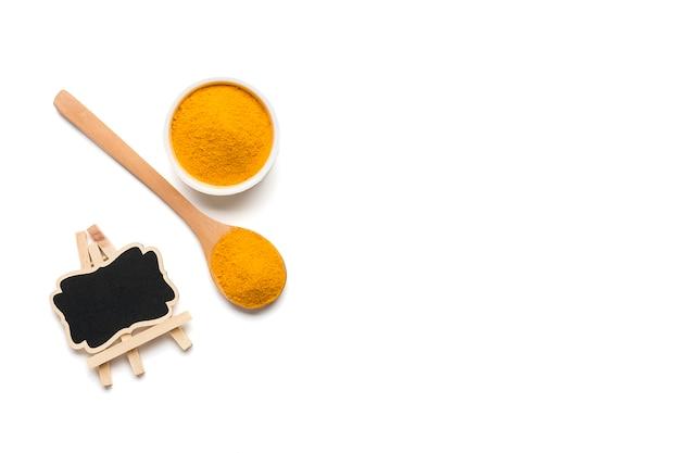 Kurkuma Suszona (kurkumina), żółty Proszek Imbirowy Na Białym Tle Na Białym Tle, Premium Zdjęcia