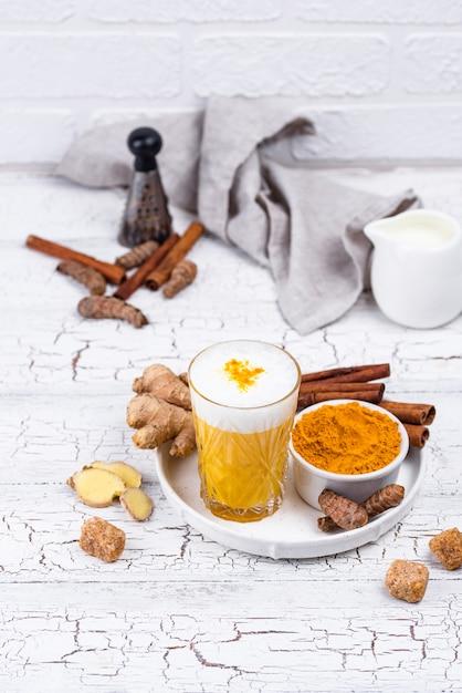 Kurkuma Złote Mleko Z Przyprawami Premium Zdjęcia