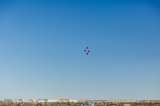Kwadratowa Formacja Grupa Cztery Rosyjskiego Militarnego Myśliwskiego Samolotu Lata Wysoko W Niebieskim Niebie Premium Zdjęcia