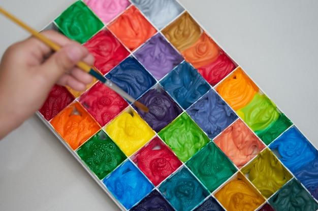 Kwadratowa Paleta Kolorów I Ręczny Pędzel Do Prac Artystycznych Premium Zdjęcia