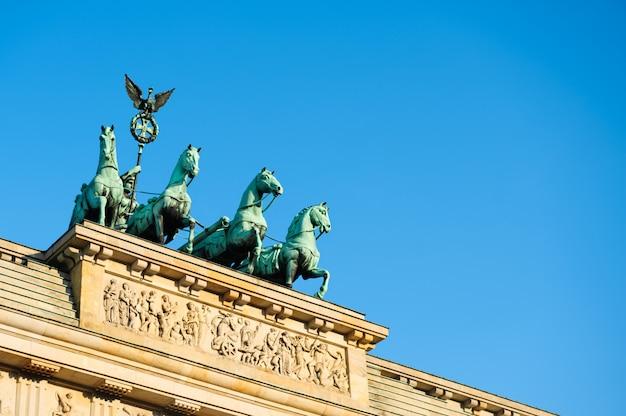 Kwadryga na szczycie bramy brandenburskiej w berlinie Premium Zdjęcia
