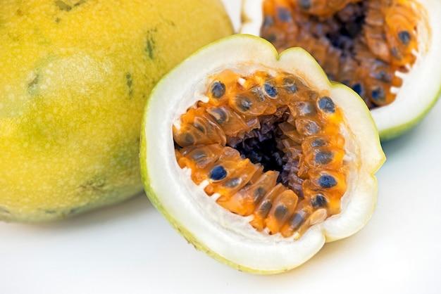 Kwaśna pasyjna owoc na białym tle Premium Zdjęcia